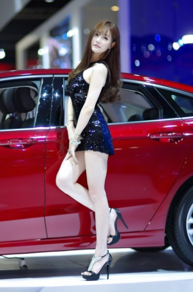 Photo gallery of most beautiful girls in the Seoul Motor Show 2015